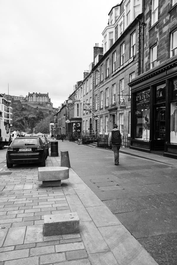 Calle del castillo en Edimburgo, Reino Unido fotos de archivo