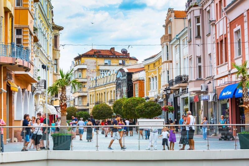 Calle del centro de ciudad con las casas y gente en Plovdiv fotografía de archivo libre de regalías