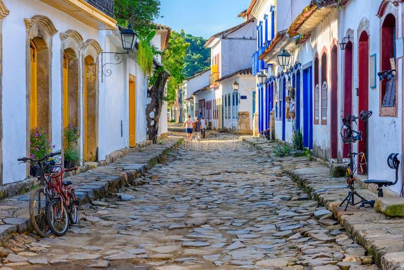 Calle del centro histórico en Paraty, Rio de Janeiro, el Brasil fotografía de archivo libre de regalías