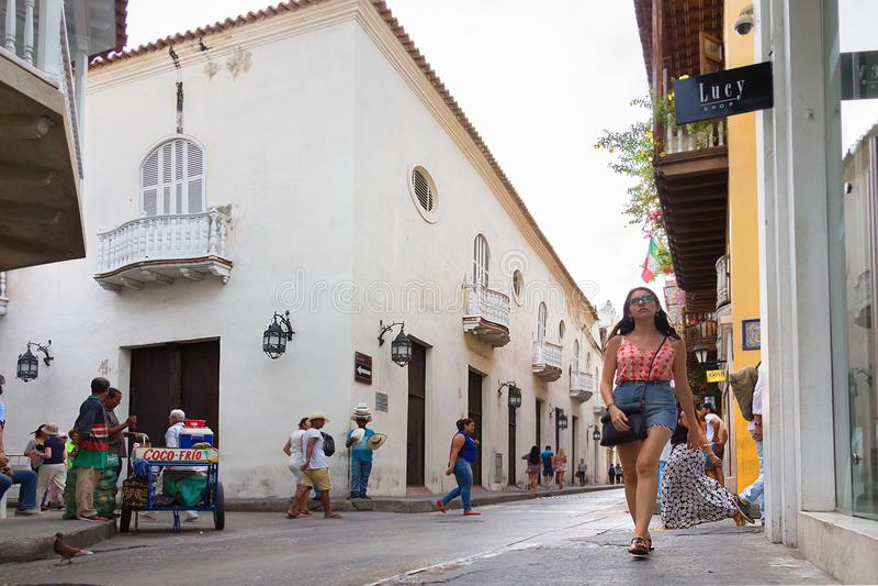 Calle del Coliseo en la ciudad vieja de Cartagena, Colombia foto de archivo libre de regalías