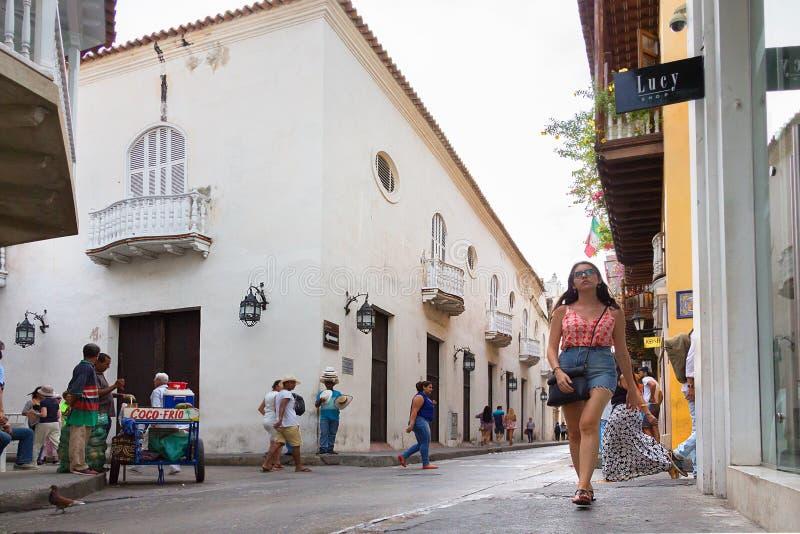 Calle del Coliseo i den gamla staden av Cartagena, Colombia royaltyfri foto