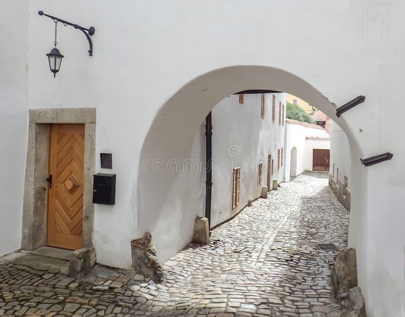 Calle del guijarro en la República Checa de Cesky Krumlov fotos de archivo libres de regalías