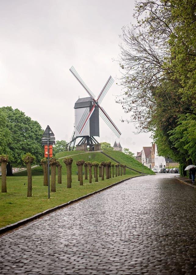Calle del molino de viento de Bruge Bélgica fotografía de archivo