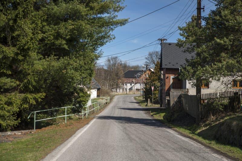 Calle del pequeño pueblo Stare Krecany fotografía de archivo libre de regalías