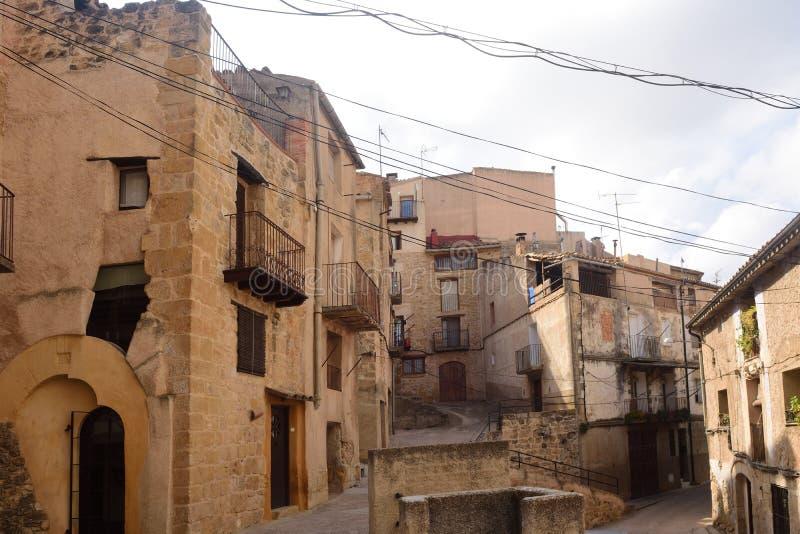 Calle del pueblo de Horta de Sant Joan, Terra Alta, estragón imagen de archivo