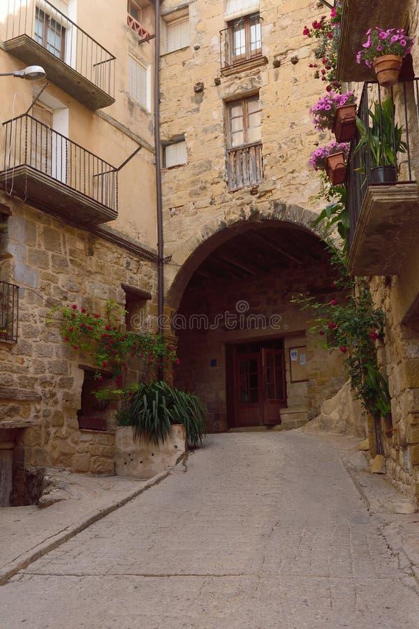 Calle del pueblo de Horta de Sant Joan, Terra Alta, estragón foto de archivo libre de regalías