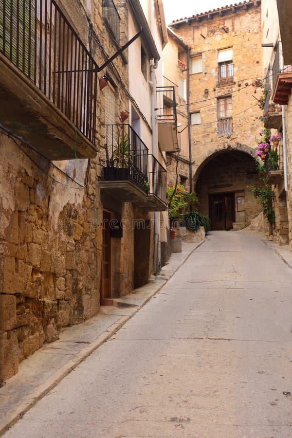 Calle del pueblo de Horta de Sant Joan, Terra Alta, estragón fotos de archivo