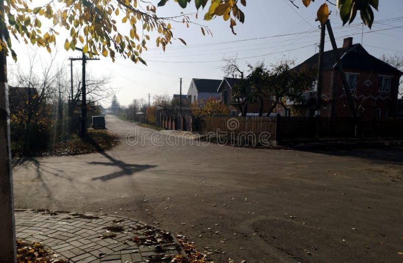 calle del pueblo en primavera fotos de archivo
