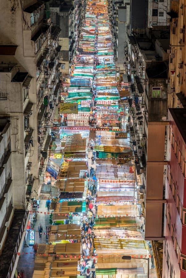 Calle del templo en la noche fotografía de archivo