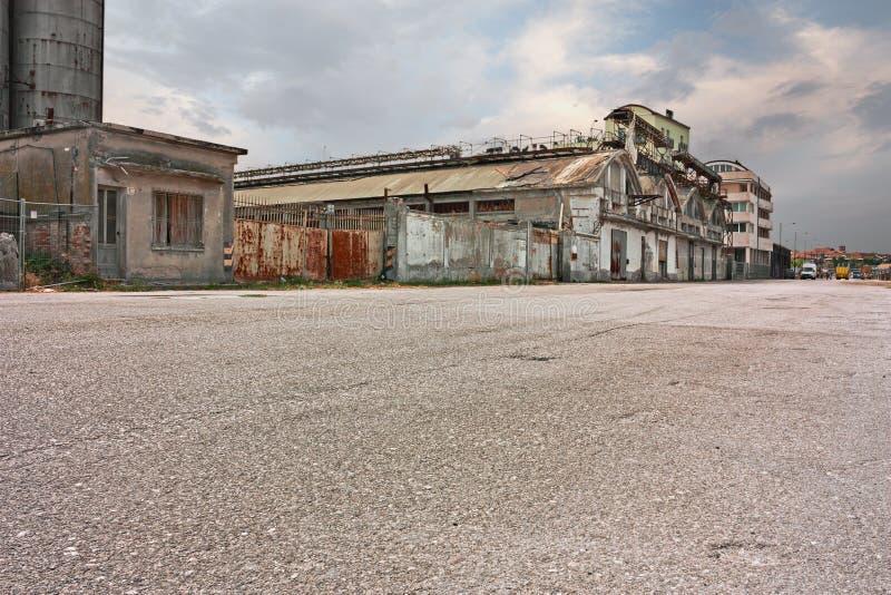 Calle desierta en los suburbios de la ciudad con almacenes abandonados y fábricas fotografía de archivo