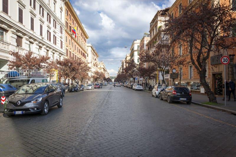 Calle elegante de las compras vía Cola di Rienzo en Roma foto de archivo