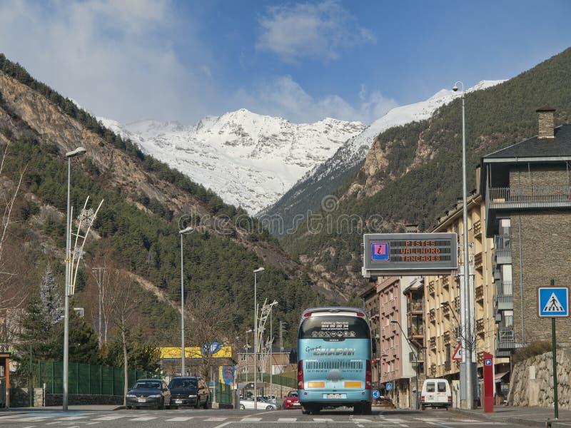 Calle en Arinsal con el autobús de turistas en Andorra imágenes de archivo libres de regalías