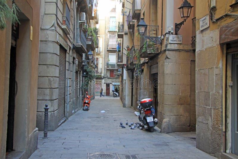 Calle en Ciutat Vella (ciudad vieja) en Barcelona imagenes de archivo
