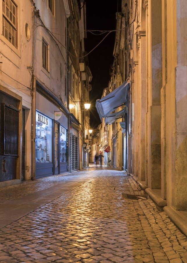 Calle en Coimbra durante la noche, Portugal imagen de archivo libre de regalías