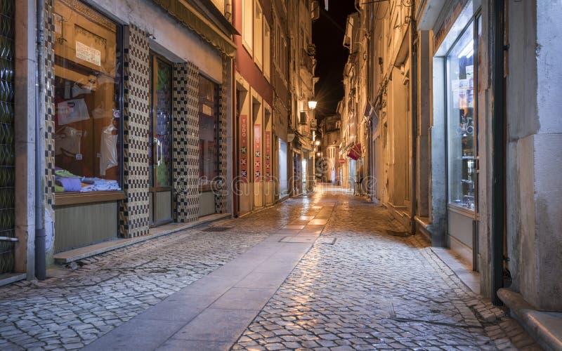 Calle en Coimbra durante la noche, Portugal imágenes de archivo libres de regalías