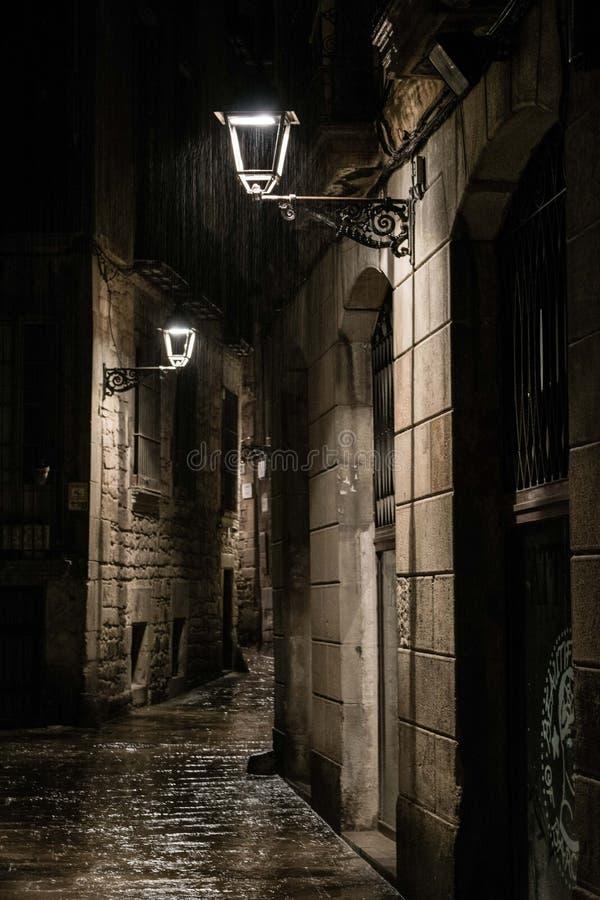 Calle en el cuarto gótico en Barcelona en la noche después de la lluvia imagenes de archivo
