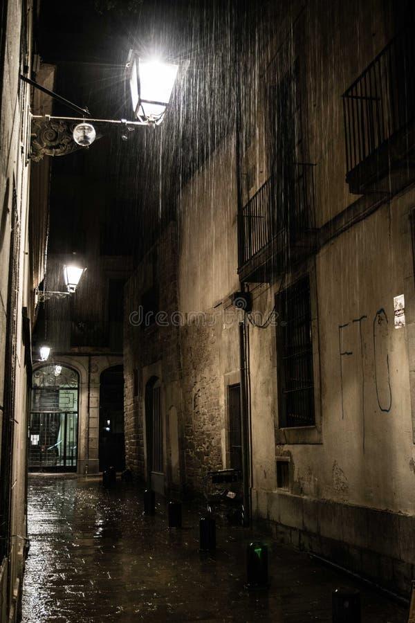 Calle en el cuarto gótico en Barcelona en la noche lluviosa foto de archivo libre de regalías