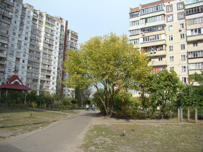 Calle en el distrito residencial fotos de archivo