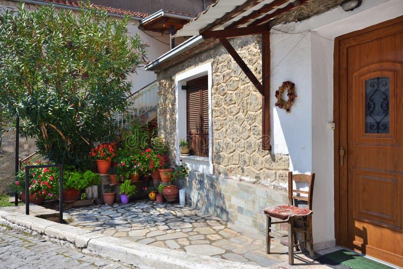 Calle en el pueblo griego Kastraki, Meteora, Grecia imagenes de archivo