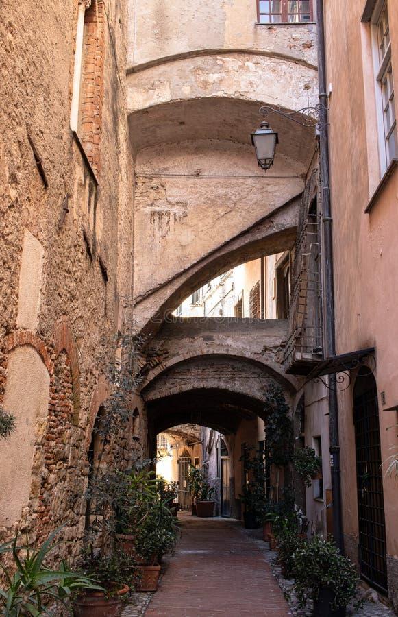 Calle en Italia con el arco y la forma geométrica imagen de archivo libre de regalías