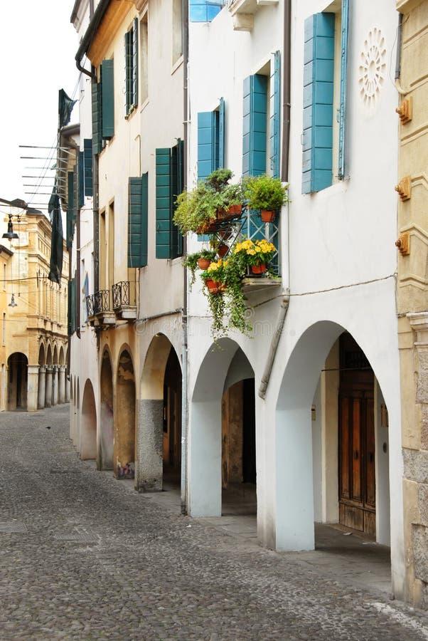 Calle en Italia, terraza con las macetas fotografía de archivo
