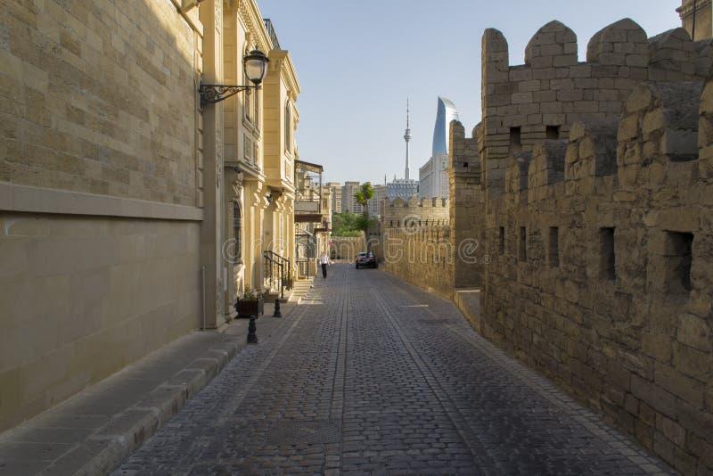 Calle en la ciudad vieja antigua Baku imagen de archivo libre de regalías