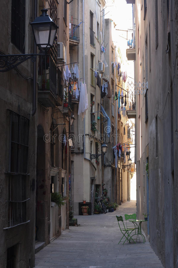 Calle en la ciudad vieja, cuarto gótico, Barcelona, España foto de archivo libre de regalías