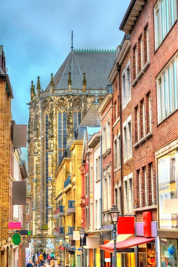 Calle en la ciudad vieja de Aquisgrán que lleva a la catedral alemania imagen de archivo