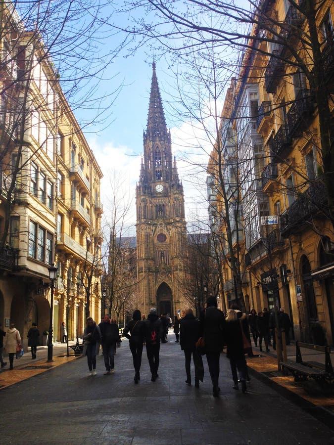 Calle en la ciudad vieja de San Sebastián Buen Pastor Cathedral en San Sebastián imagenes de archivo