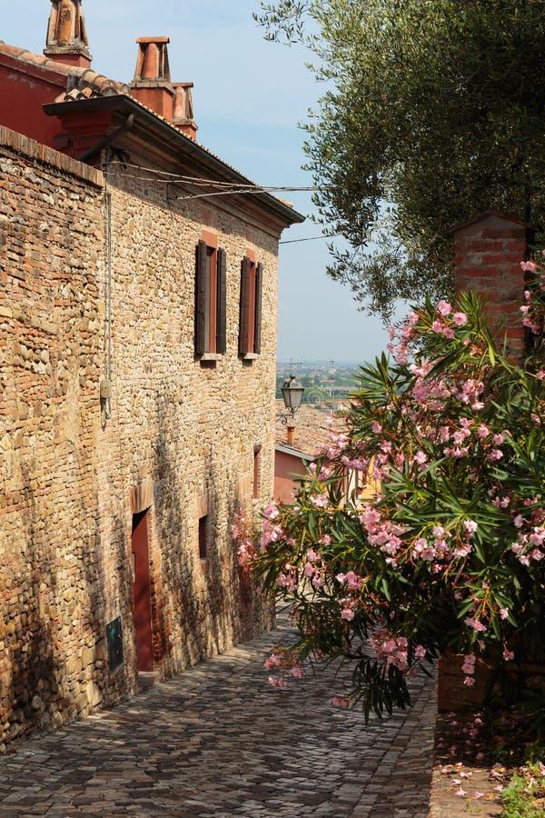 Calle en la ciudad vieja en Italia imagen de archivo libre de regalías