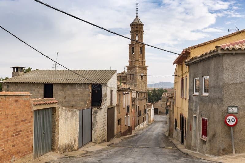 Calle en la ciudad y la iglesia de Asuncion del la de Virgen de, provincia de Ferreruela de Huerva de Teruel, Aragón, España imagen de archivo