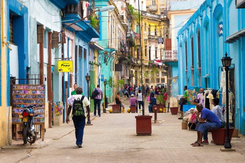 Calle en La Habana con la gente y los edificios viejos fotos de archivo libres de regalías