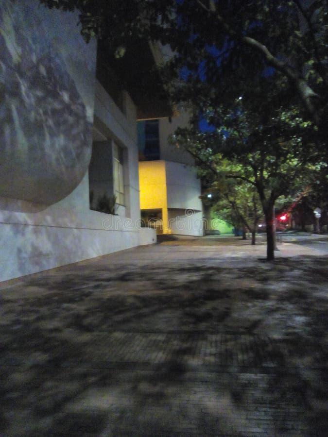 Calle en la noche imagen de archivo libre de regalías