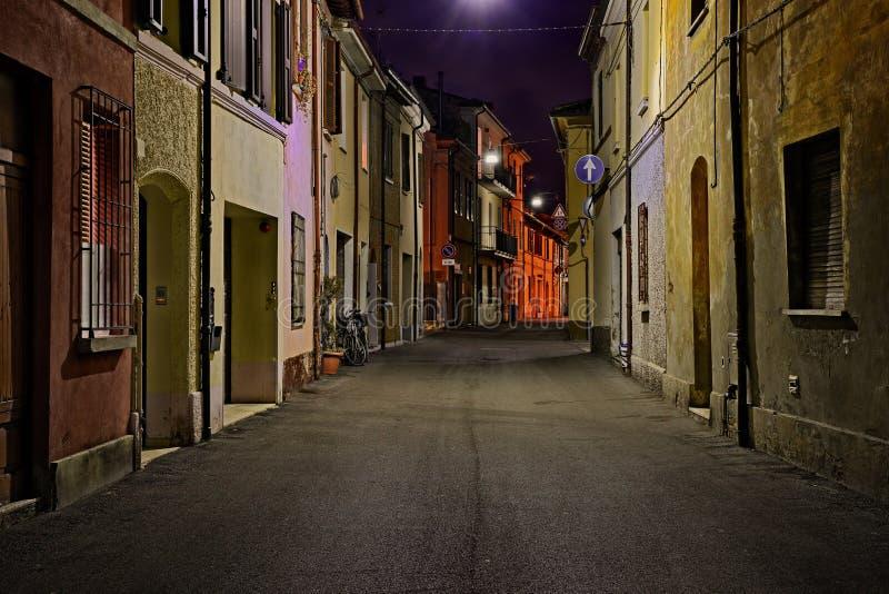 Calle en la noche en la ciudad vieja de una ciudad italiana fotos de archivo libres de regalías