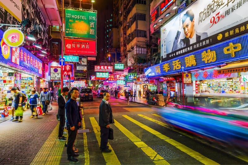 Calle en la noche con advertisings iluminados en Hong Kong foto de archivo libre de regalías