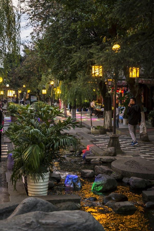 Calle en la noche, Dali Old Town, provincia de Yunnan, China imagen de archivo