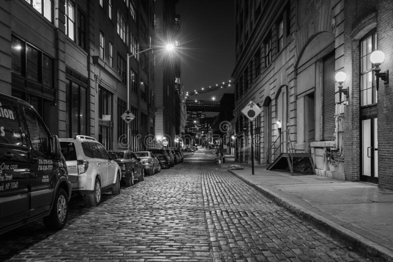 Calle en la noche en DUMBO, Brooklyn, New York City del guijarro foto de archivo
