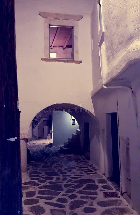 Calle en la noche, Parikia, isla de Paros, Grecia fotos de archivo