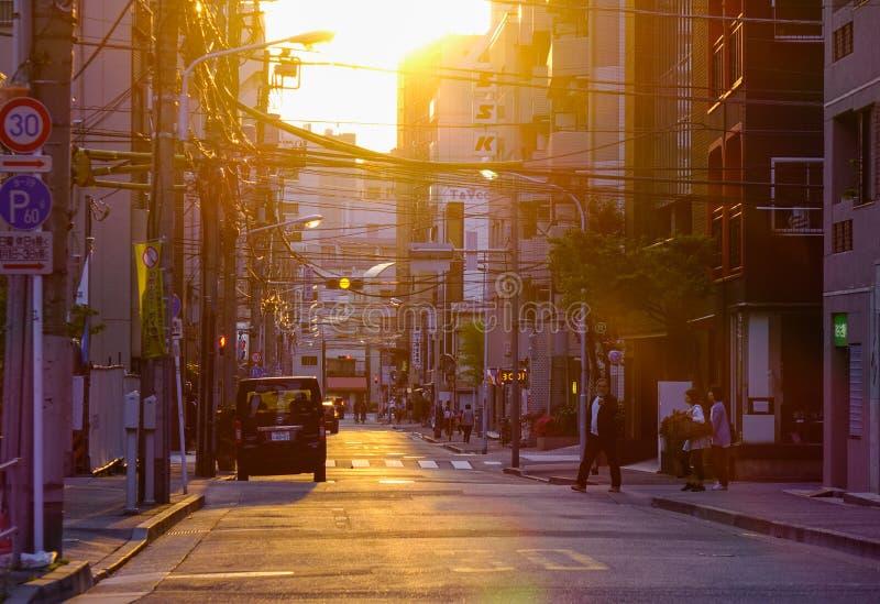 Calle en la puesta del sol en Tokio, Japón foto de archivo