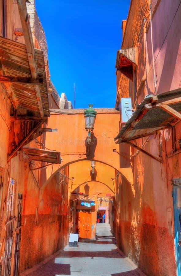 Calle en Medina de Marrakesh, un sitio de la herencia de la UNESCO en Marruecos imagen de archivo