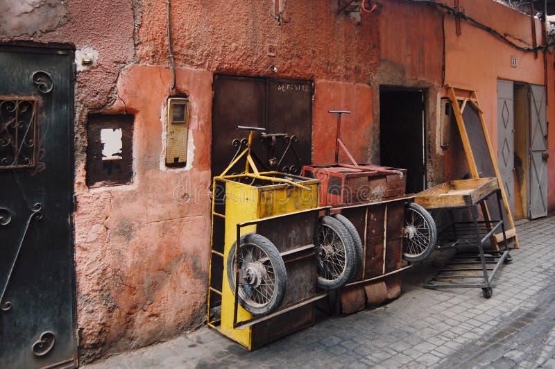 Calle en Medina, Marrakesh, Marruecos imágenes de archivo libres de regalías