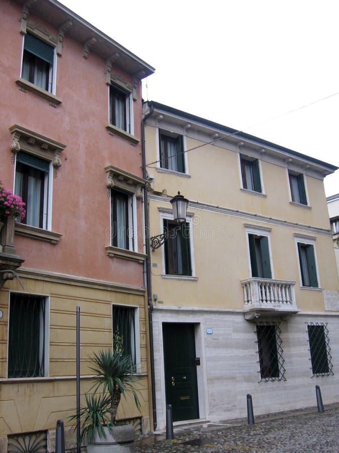 Calle en Padua Italia y las señales de tráfico Europa fotografía de archivo libre de regalías