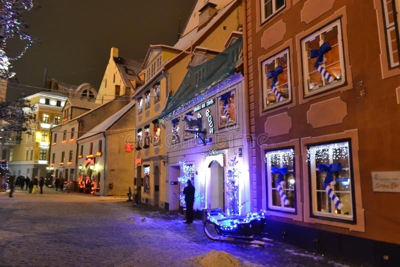 Calle en Riga en la noche fotografía de archivo