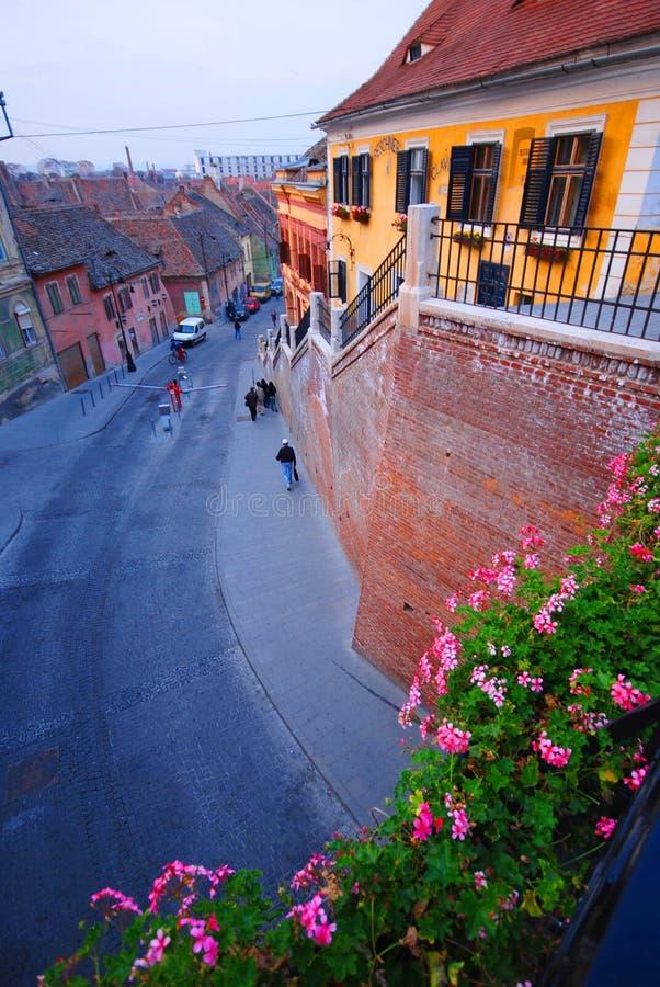 Calle en Sibiu, Rumania foto de archivo