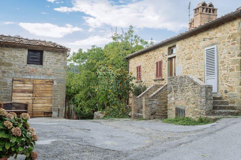 Calle en un pequeño pueblo del origen medieval Volpaia, Toscana, Italia fotografía de archivo libre de regalías