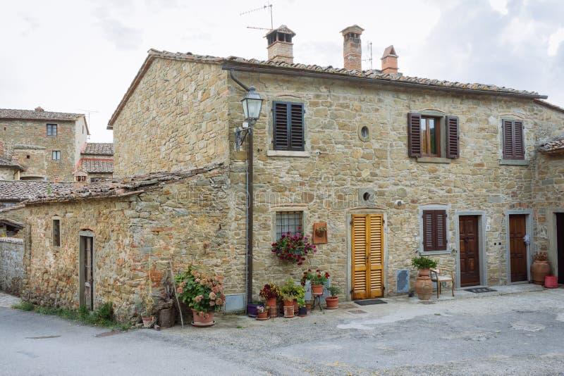 Calle en un pequeño pueblo del origen medieval Volpaia, Toscana, Italia fotos de archivo