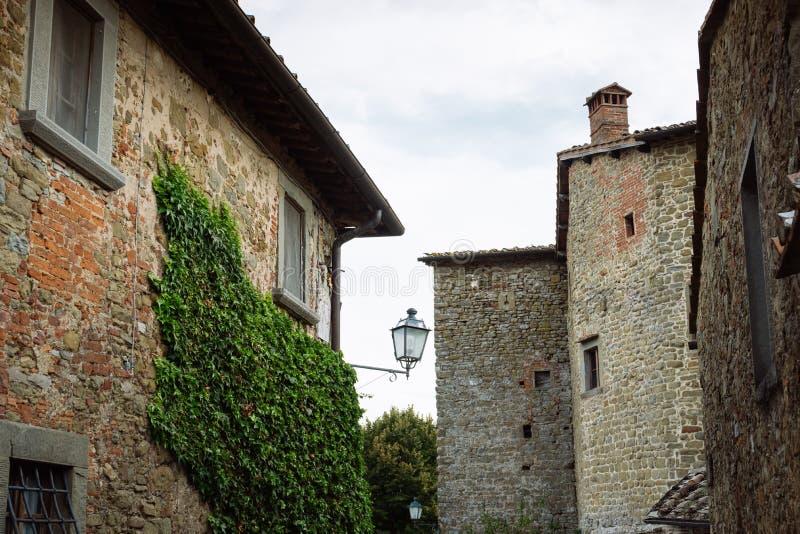 Calle en un pequeño pueblo del origen medieval Volpaia, Toscana, Italia fotografía de archivo