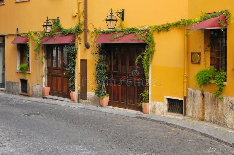 Calle en Verona en Italia fotos de archivo