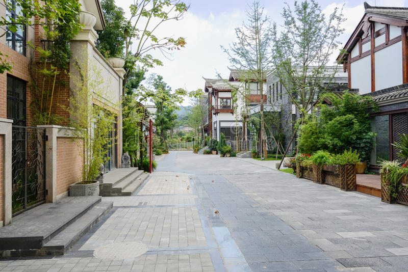 Calle entre los edificios chinos pasados de moda en día nublado foto de archivo