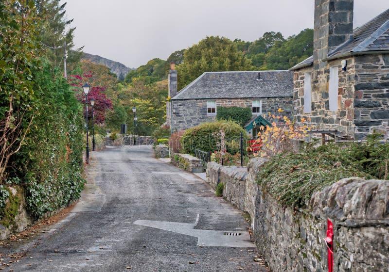 Calle escocesa Autumn Beauty del pueblo en Pitlochry Perthshire Escocia foto de archivo